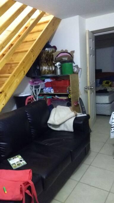 sillón para reposar o dormir la siesta y la escalera que va al segundo piso