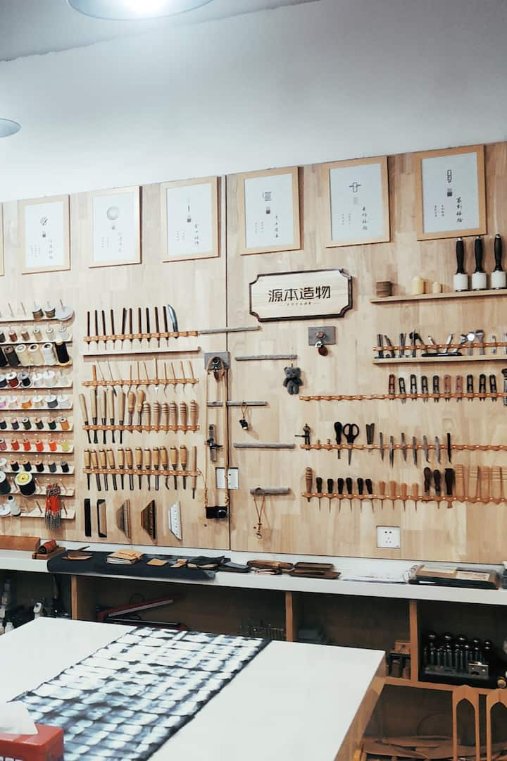 店内皮具工具墙