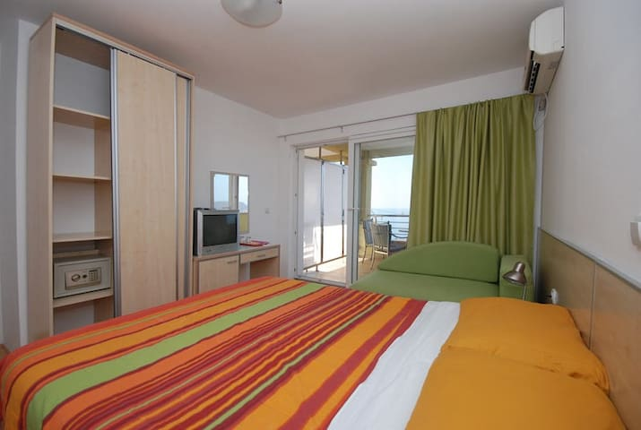 2-3 person room with west island view - Sveti Stefan - Apartamento