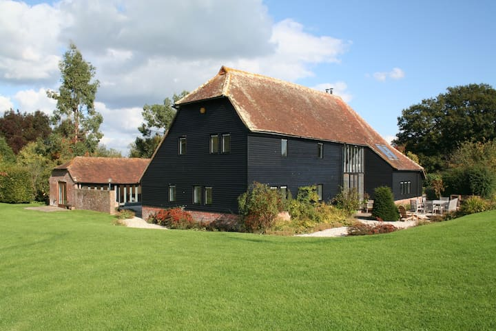 Traditional Sussex Barn with Pool