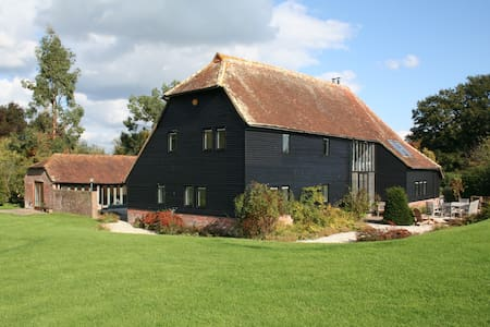 Traditional Sussex Barn with Pool - Hus