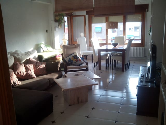 NICE ROOM IN A FLAT AT A PEACEFUL GREEN AREA - Zaragoza - Byt