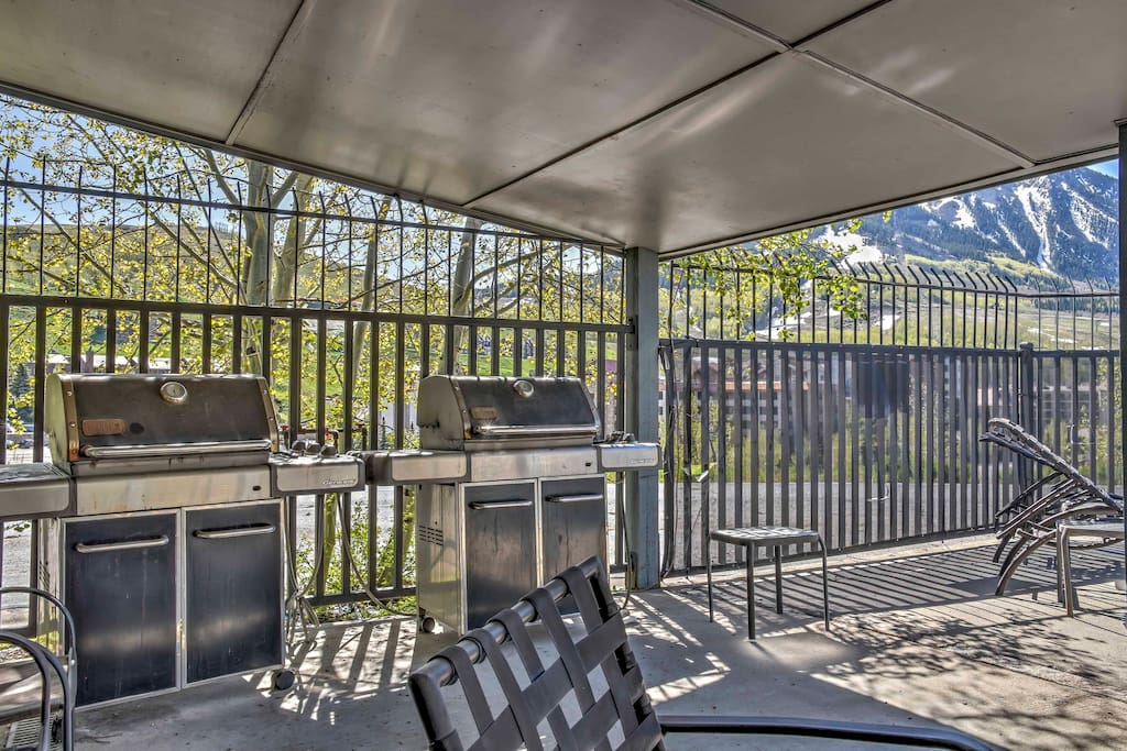 Utilize the community grills and enjoy an al fresco dinner.