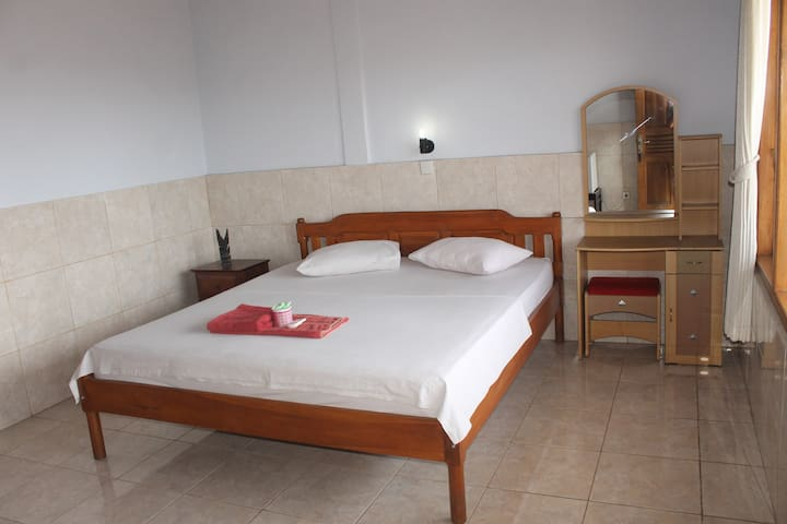Serangan Inn II, Deluxe Room With View Town & Hill - Manggis - Pensione