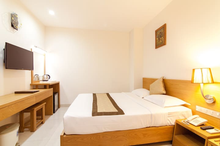 Minimal Wooden Room - Central & Sparkling Clean