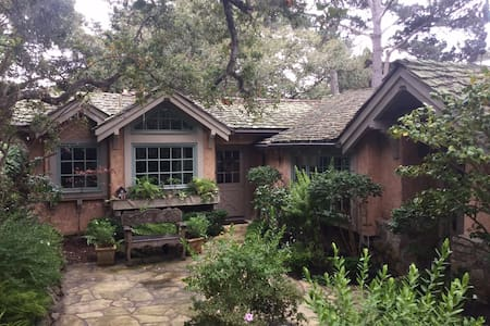 Quintessential Carmel Cottage - Carmel-by-the-Sea