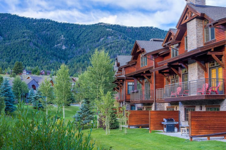 Lodge-style condo with stylish mountain furnishings and soothing shared hot tub