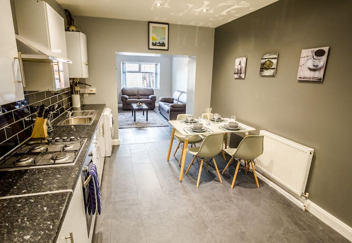 FOUR BEDS FOUR BATHS - SLEEPS 8/10 - Huddersfield - Daire