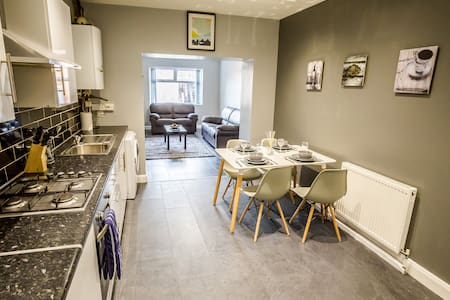 FOUR BEDS FOUR BATHS - SLEEPS 8/10 - Huddersfield