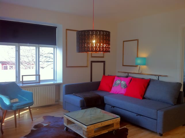 The Warm & Bright Downtown Apartment