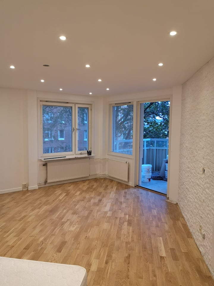 Beautiful large room furnished very close to metro