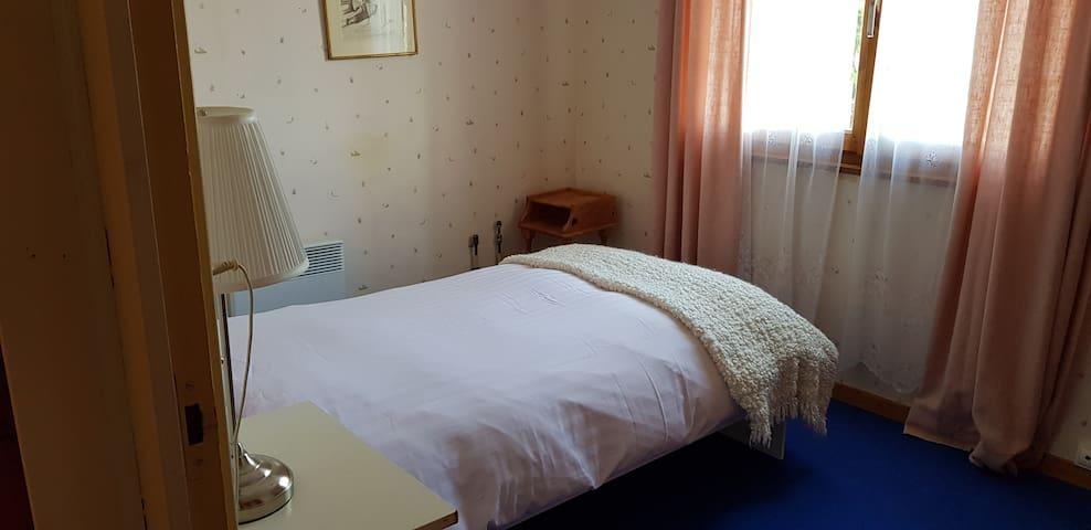 Chambre  no. 4 un lit simple