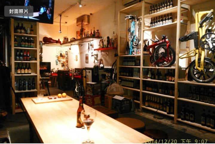 Lovely beer bar in Ximen~ 西門町夢幻酒吧背包客~
