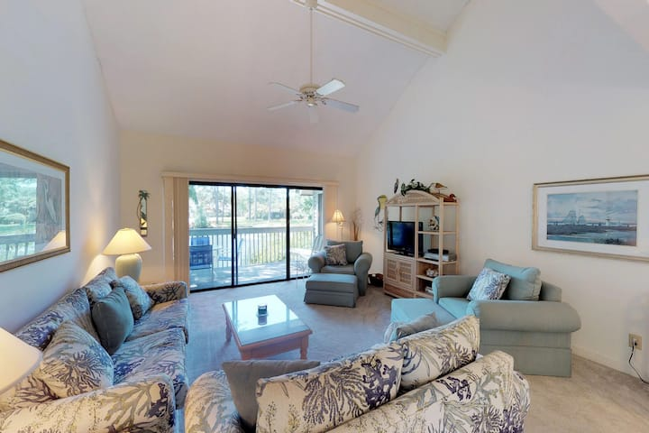 Cozy condo with shared pool access, golf course, and beach access