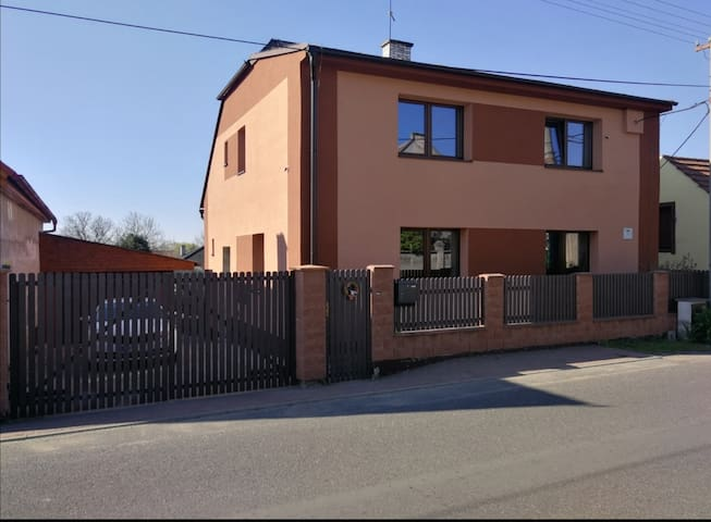 Klidná oblast 30 km od Prahy vč. venkovního bazénu