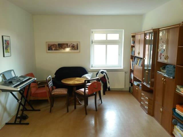 Gäste in schlichter Wohnung willkommen