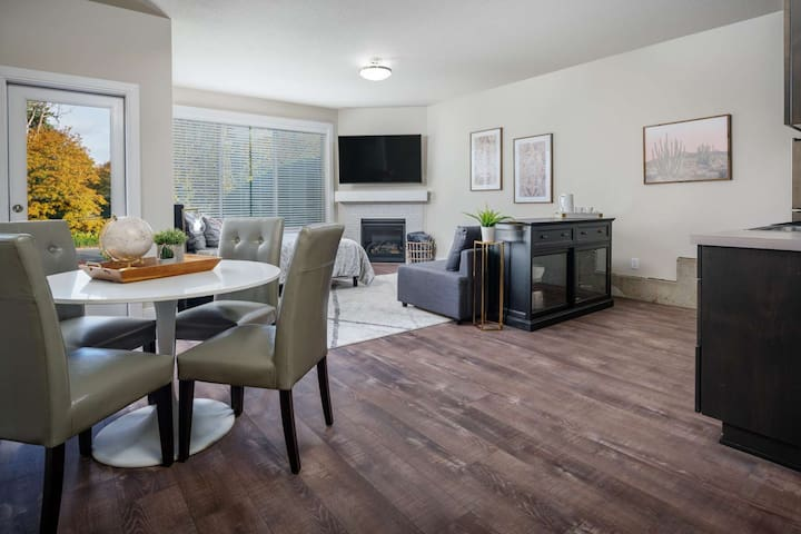 New Construction Southeast Portland Studio, Bright and Chic, Next to MAX Station, 7 Miles 2 Downtown