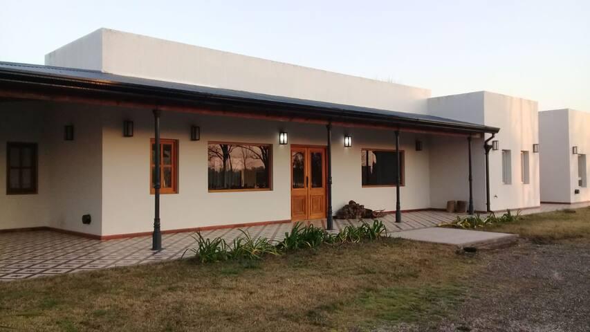 Casa de campo con piscina. 100km. de CABA.