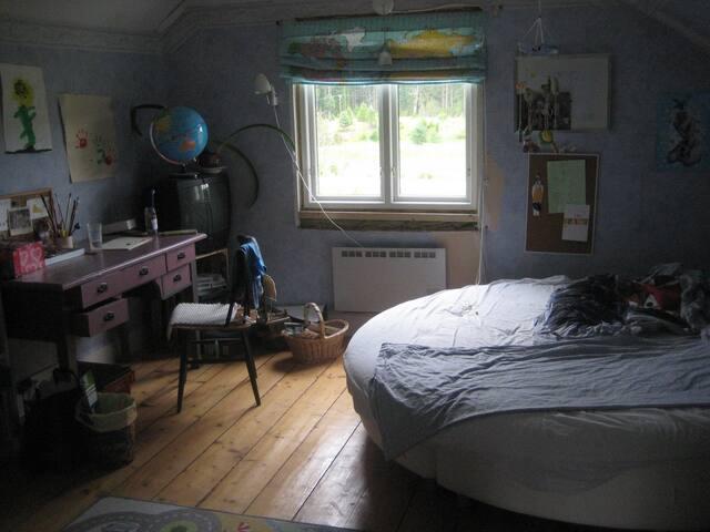 Dubbelsängen är rund/this bed is round, 2 meters wide.