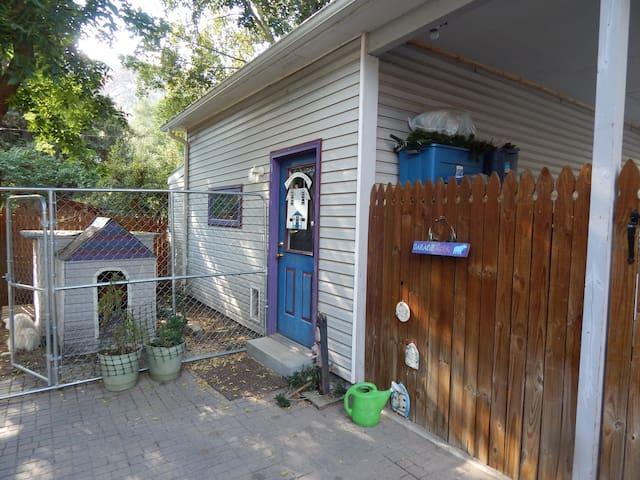 The Garage Lodge - pet friendly