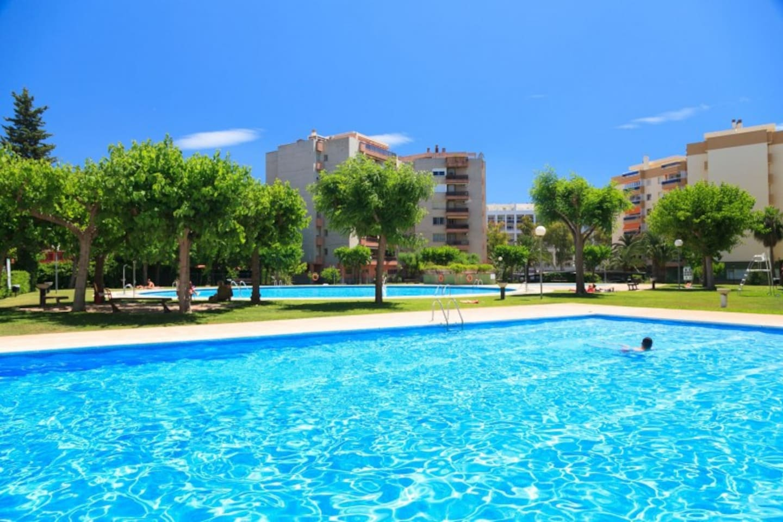 Zona privada de piscinas y jardines / Swimming pools and private gardens.