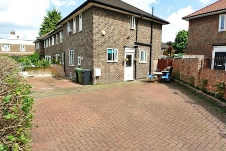 Private double bedroom in semi detached house