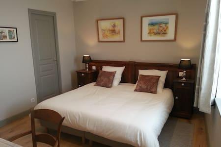 Chambre FERNANDE Relais St Jacques - Renaison - Bed & Breakfast