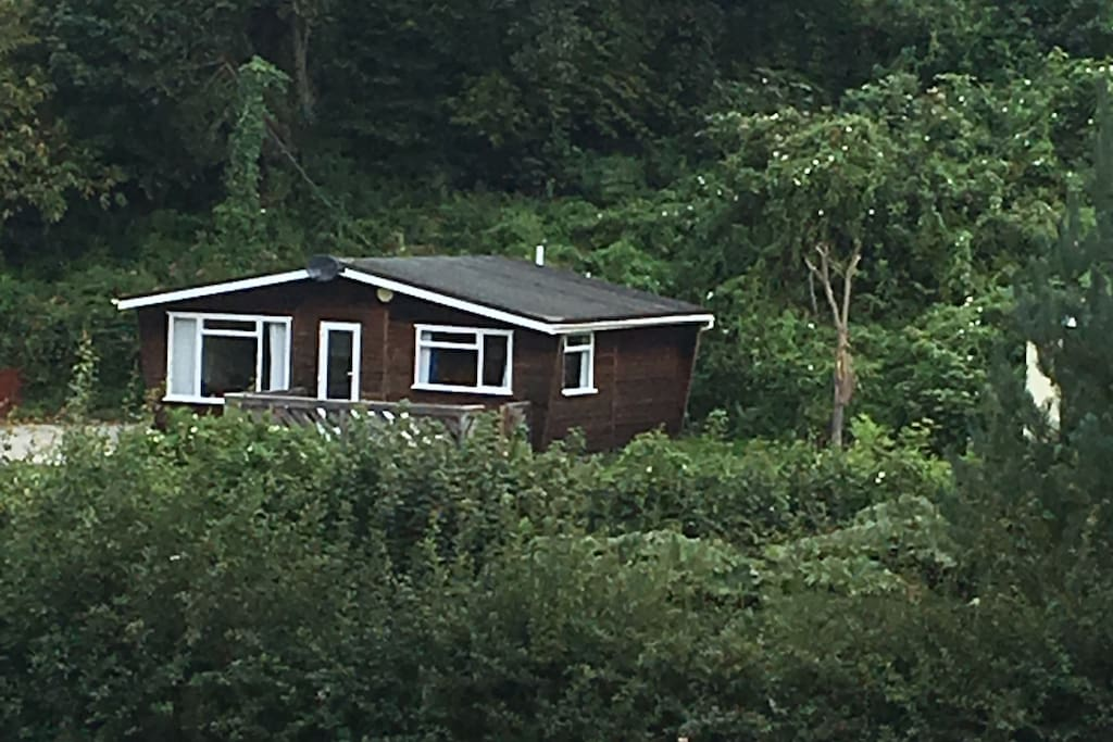 Outside view of the cabin in its surrounding setting