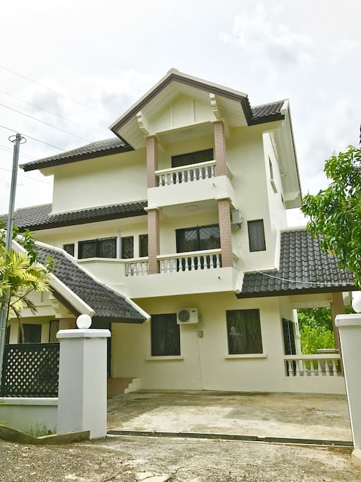 Three-storey home with 4 bedrooms and 6 bathrooms