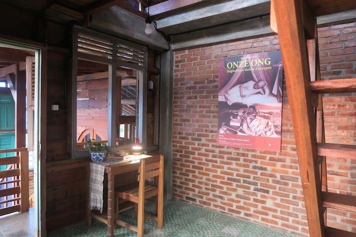 Kamar Onghokham, sejarawann terkemuka Indonesia, berada di lantai 3. Tempat tidurnya lebih luas karena dibuat di atas. Sebab itu bawah kamar ini lapang. Dilengkapi juga dengan beranda untuk bersantai menghadap taman.