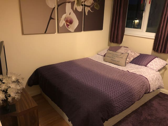 Cosy Double bedroom-2 minute walk to train station