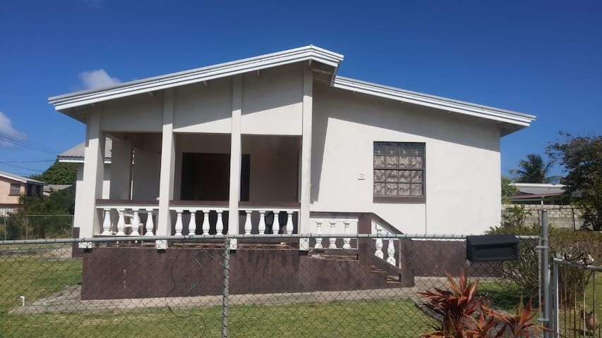 3-bed home in Mullins, 5-min walk to the beach