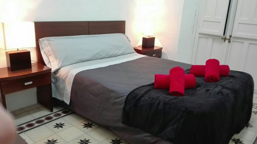 Room Center Gran Vía 5+Wifi+Key+Air - Granada - Bed & Breakfast