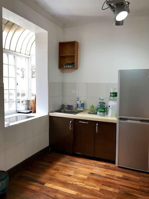 操作便捷,明亮通风的小厨房,有冰箱