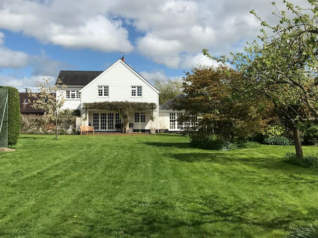 Family home with tennis court in the Test Valley