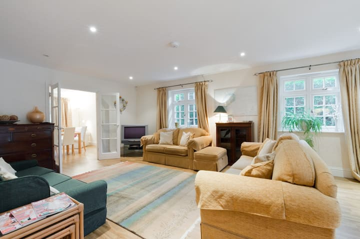 Large family home Chobham, close to Common