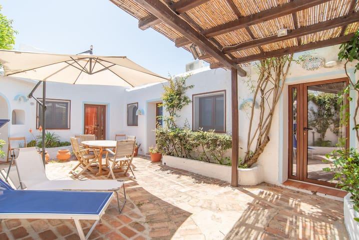 Appartement de vacances près de la plage climatisé avec terrasse ; places de parking disponibles ; animaux domestiques admis.