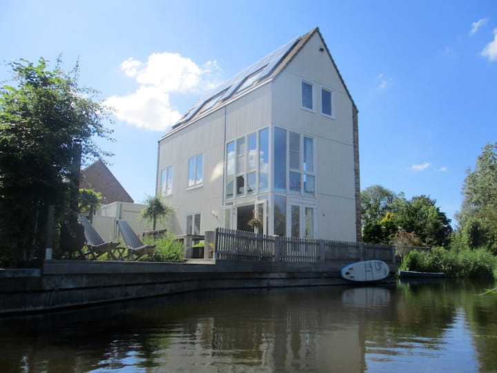 Cosy, lake sided family home in Amsterdam with garden