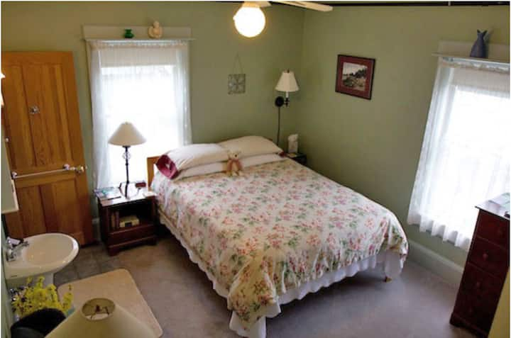 St Sauveur room @ The Holland Inn B&B
