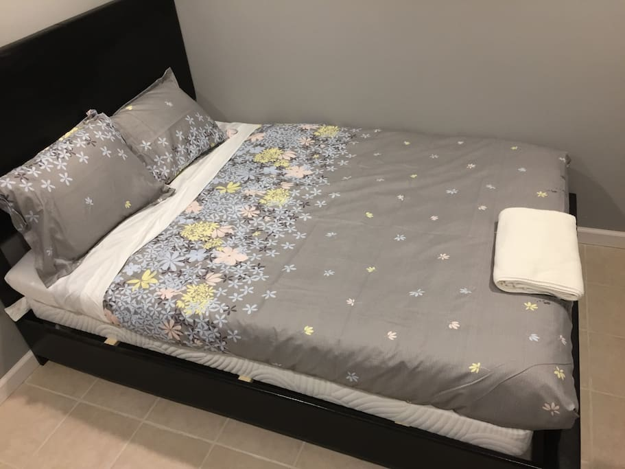 Full size bed with memory foam mattress for a deep and relaxing sleep