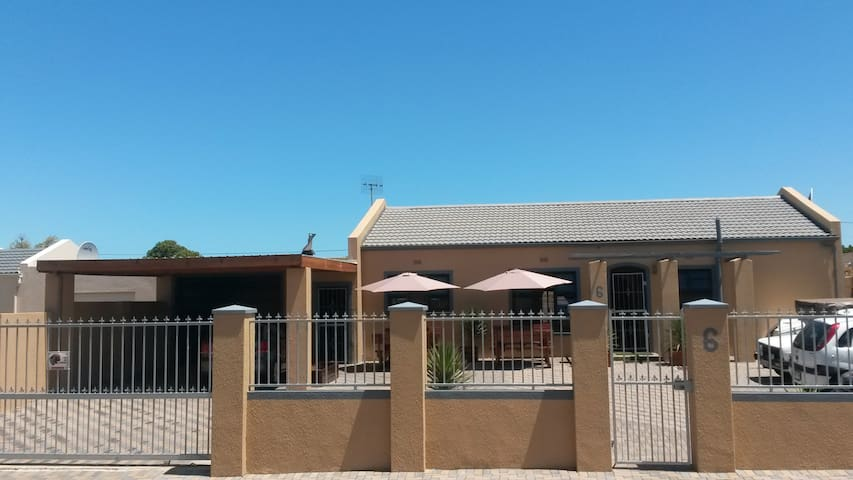 Home Away from Home. Cozy 2 bedroom - Kaapstad - Huis