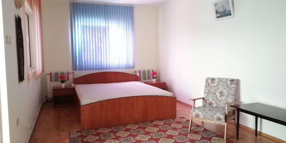 Camera tripla, dotată cu pat king size 180*210 si o saltea pe podea