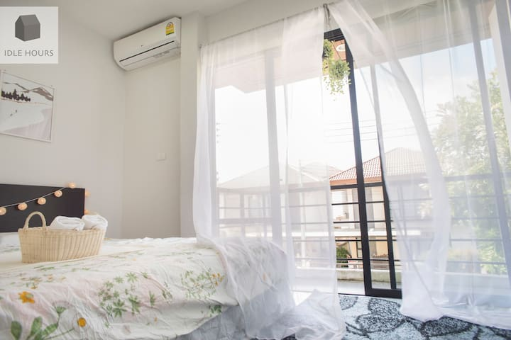 Cozy King bed with balcony and bathroom/lake view - Phuket - Dům