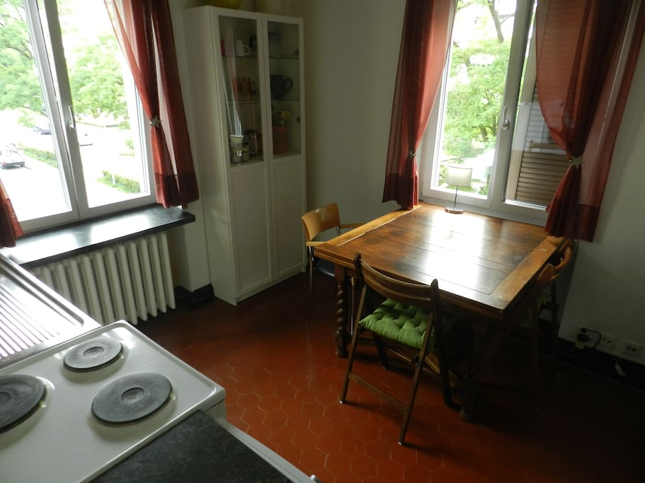 Helle Küche mit Ofen, Kochherd, viele Pfannen usw.