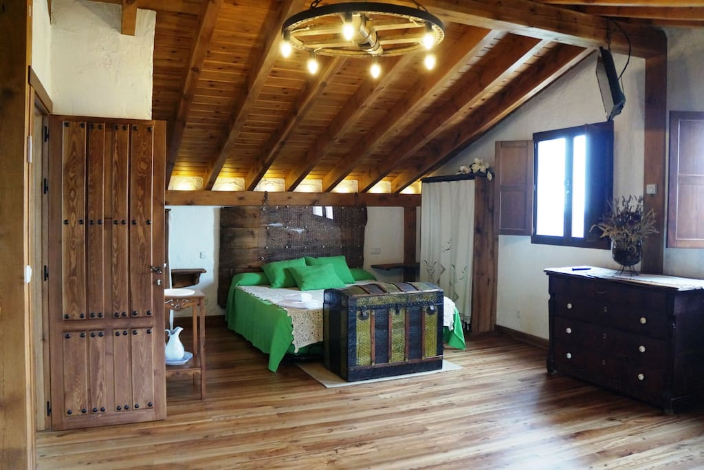 Cama 1,80 en habitación con TV y baño privado con sauna.