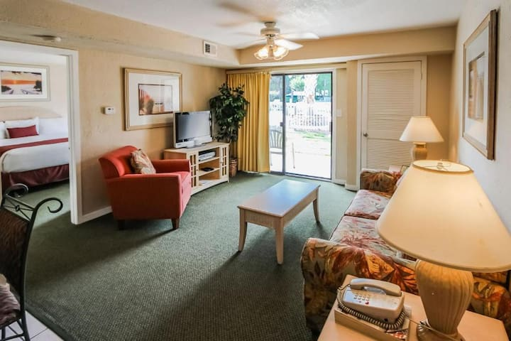 Spacious living room with TV and plenty of seating! - Players Club Resort