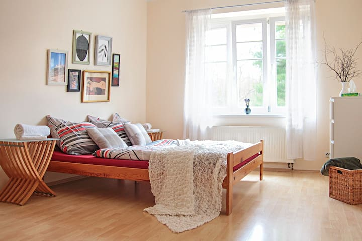 Sunny apartment, 10min from Prague Castle - Prag - Daire