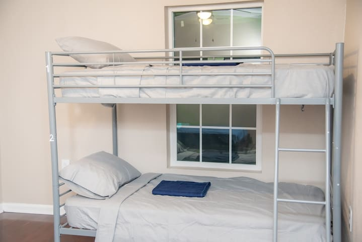 Relaxing twin size bottom bunk close to downtown#2