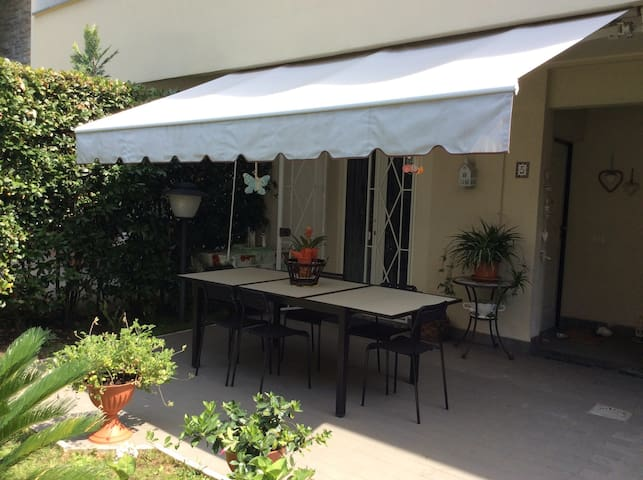 """La Casina al Mare"" apartment with small garden"