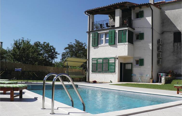 Semi-Detached with 1 bedroom on 130 m²